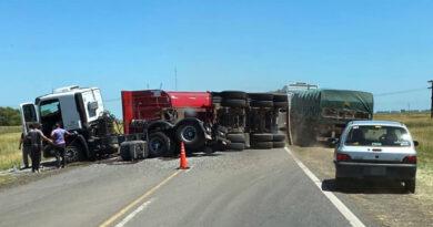 """Un camión hizo """"tijera"""" con la batea y volcó en la Ruta 3"""