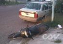 Un hombre se encuentra en grave estado tras caer de su moto y chocar contra un auto